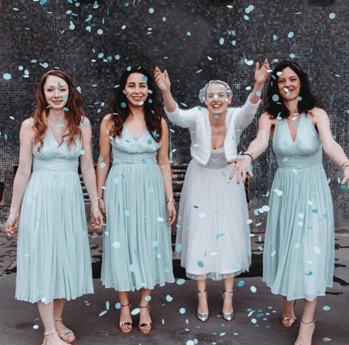 De charmantes demoiselles vêtues de leur robe d'invitée à un mariage