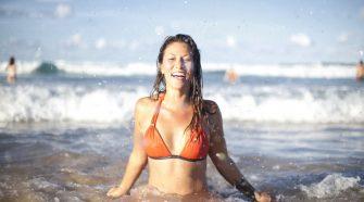 Femme se baigne dans la mer