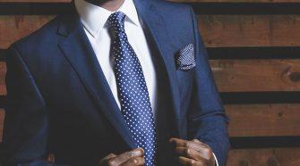 Un homme en costume bleu