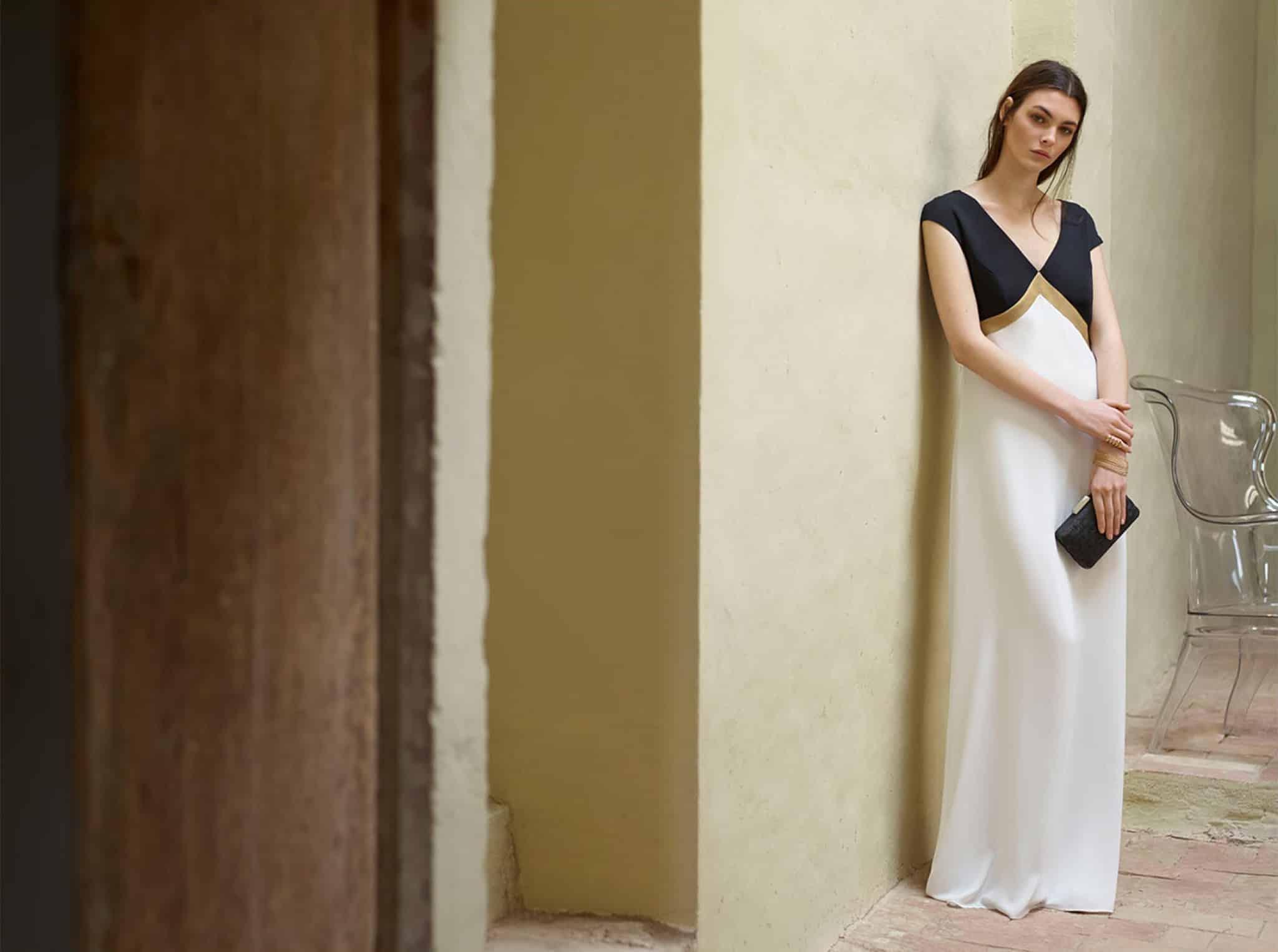Une femme discrète dans sa robe d'invitée à un mariage